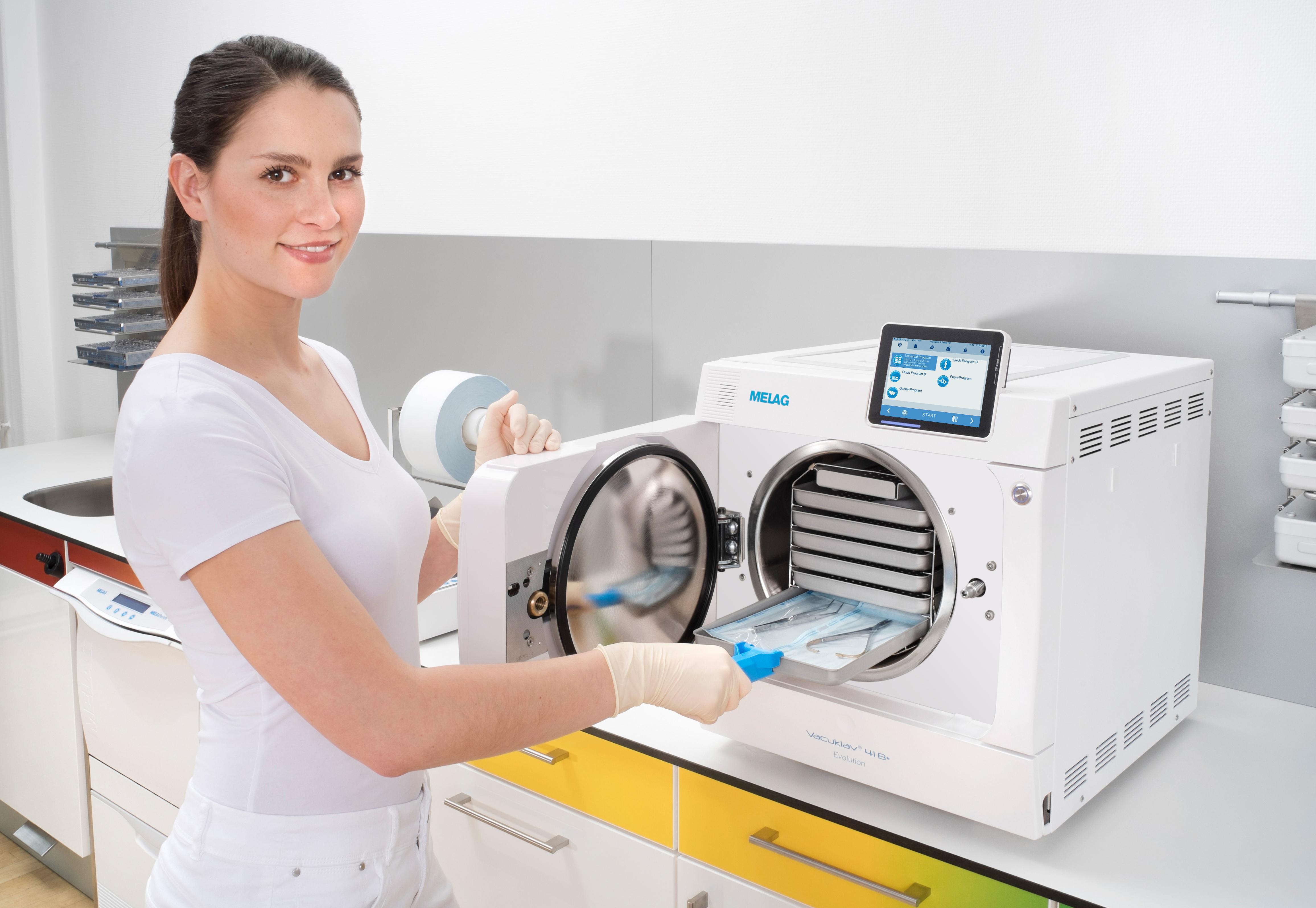 Infirmière en dentisterie dans la salle de stérilisation avec Premium Vacuklav