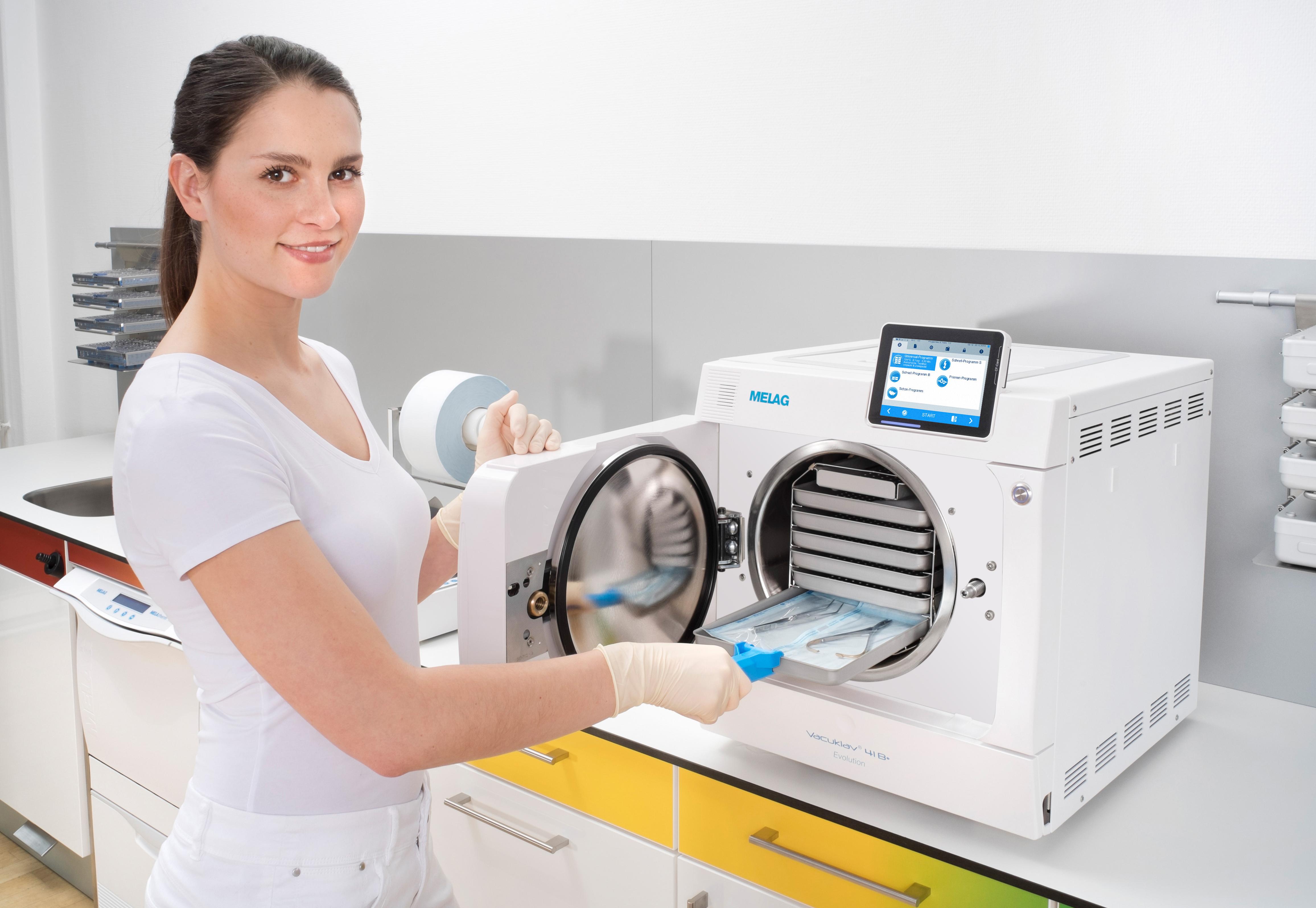 Zahnarzthelferin in Steriraum mit Premium Autoklav