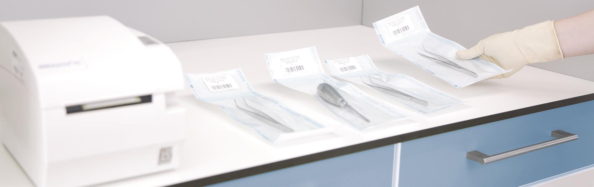 Bolsas selladas con instrumentos estériles en la superficie de trabajo en la sala de esterilización
