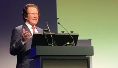 Dr. Steffen Gebauer hinter Rednerpult zu 50. Geburtstag von MELAG im Jahr 2001
