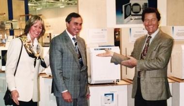 Dr. Steffen Gebauer, Marlies Gebauer und Christian Thiede bei der Vorstellung des ersten MELAG Praxis-Autoklav mit fraktioniertem Vor-Vakuum im Jahr 1995