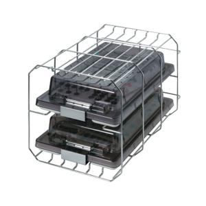 Vista diagonal del soporte para cámara de autoclave con contenedores