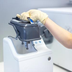 Einsatz eines beladenen Carebox-Deckels in die Cooling Box