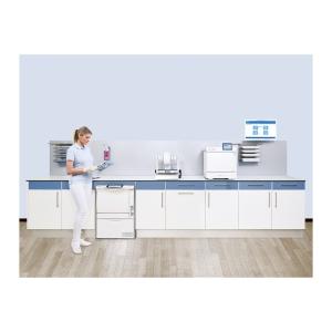 Frau steht in Praxisraum für Instrumentenaufbereitung und Sterilisation mit MELAG Systemlösung